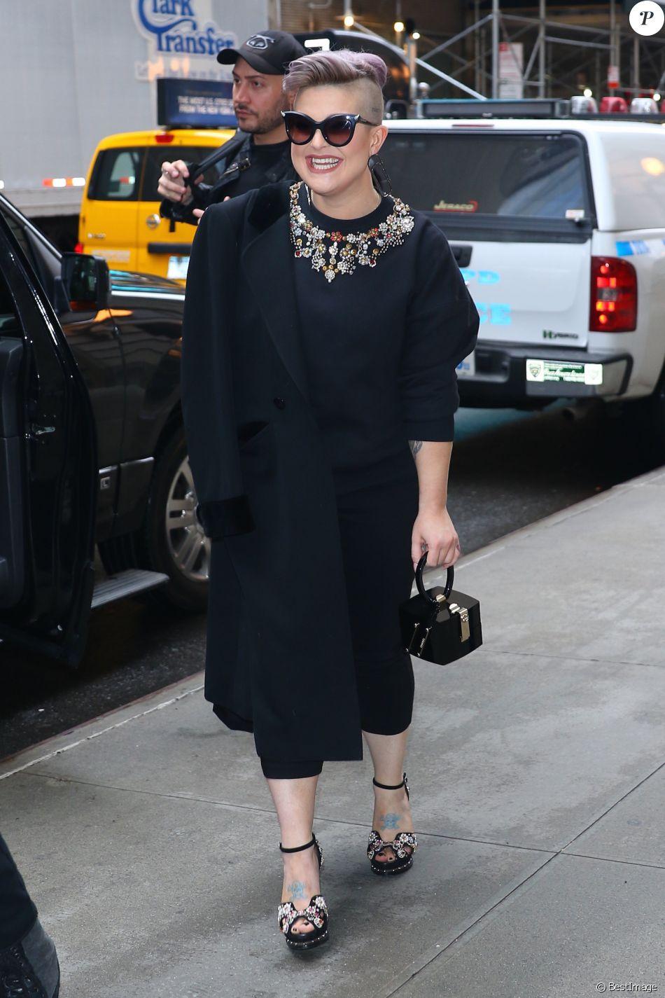 """Kelly Osbourne à Manhattan pour la promotion de son nouveau livre """"There Is No Fcking Secret: Letters From a Badass Bitch"""" le 25 avril 2017. © CPA / Bestimage"""