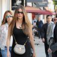 "Sofia Vergara va déjeuner avec un ami au ""Urth Cafe"" à Beverly Hills. Los Angeles, le 20 avril 2017."