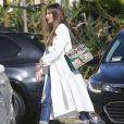 Sofia Vergara fait du shopping chez Saks sur Fifth Avenue à Beverly Hills. Elle porte un sac de la marque Gucci avec inscription personnalisée 'Modern' comme le titre de la série 'Modern Family'. Le 15 avril 2017