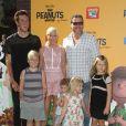 """Jack Montgomery McDermott, Tori Spelling, Dean McDermott et leurs enfants Stella Doreen, Finn Davey, Hattie Margaret et Liam Aaron McDermott à la Première du film """"Snoopy et les Peanuts"""" à Westwood. Le 1er novembre 2015"""