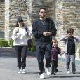 Kourtney Kardashian et Scott Disick emmènent leurs enfants Mason et Penelope au cinéma à Calabasas. Le couple, séparé depuis 2015, se retrouve de temps en temps pour la plus grande joie de leurs enfants. La petite famille revient tout juste de vacances à Hawaii! Le 8 avril 2017