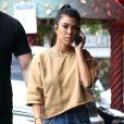 Kourtney Kardashian discute au téléphone en allant rejoindre sa soeur K. Kardashian et son meilleur ami J. Cheban pour déjeuner au restaurant Chin Chin à Los Angeles, le 8 mai 2017