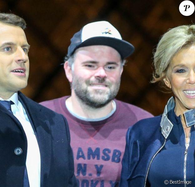 Emmanuel Macron avec sa femme Brigitte Macron (Trogneux), Morgan Simon (l'homme à la casquette) - Le président-élu, Emmanuel Macron, prononce son discours devant la pyramide au musée du Louvre à Paris, après sa victoire lors du deuxième tour de l'élection présidentielle le 7 mai 2017.