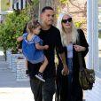 Ashlee Simpson se promène avec son mari Evan Ross et sa fille Jagger à Los Angeles le 2 avril 2017.