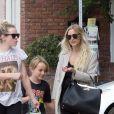 Ashlee Simpson fait du shopping avec son fils Bronx et une amie à Studio City, le 22 août 2016.