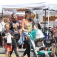 Pete Wentz se promène en famille avec sa compagne Meagan Camper, leur fils Saint Lazslo et son fils Bronx (qu'il a eu avec son ex femme Ashlee Simpson) au Farmers Market à Studio City, le 30 avril 2016