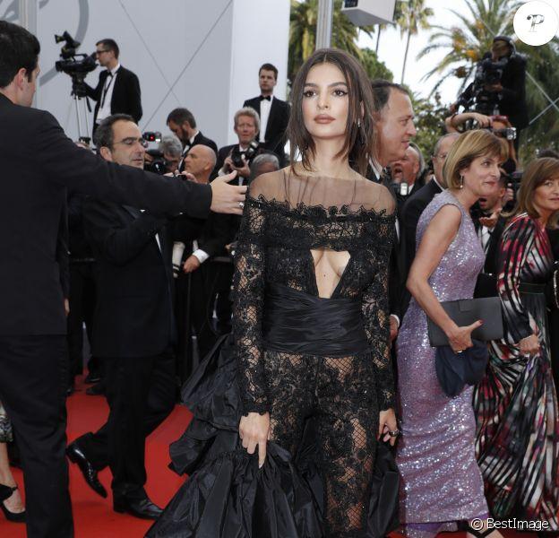 """Emily Ratajkowskià la Montée des marches du film """"Nelyubov"""" lors du 70ème Festival International du Film de Cannes. Le 18 mai 2017. © Borde-Jacovides-Moreau/Bestimage"""