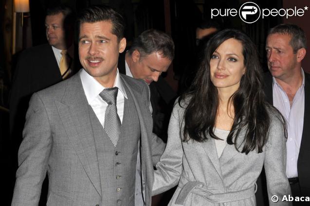 """Brad Pitt et Angelina Jolie, complices pour la projection de """"L'étrange histoire de Benjamin Button"""", sur les Champs Elysées, le 22 janvier 2009"""