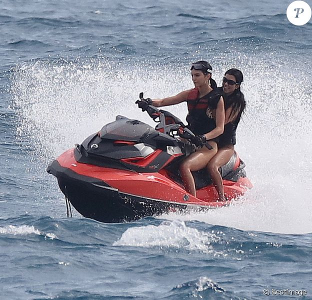 Kendall Jenner et sa soeur Kourtney Kardashian font du jet ski à Cannes le 22 mai 2017.