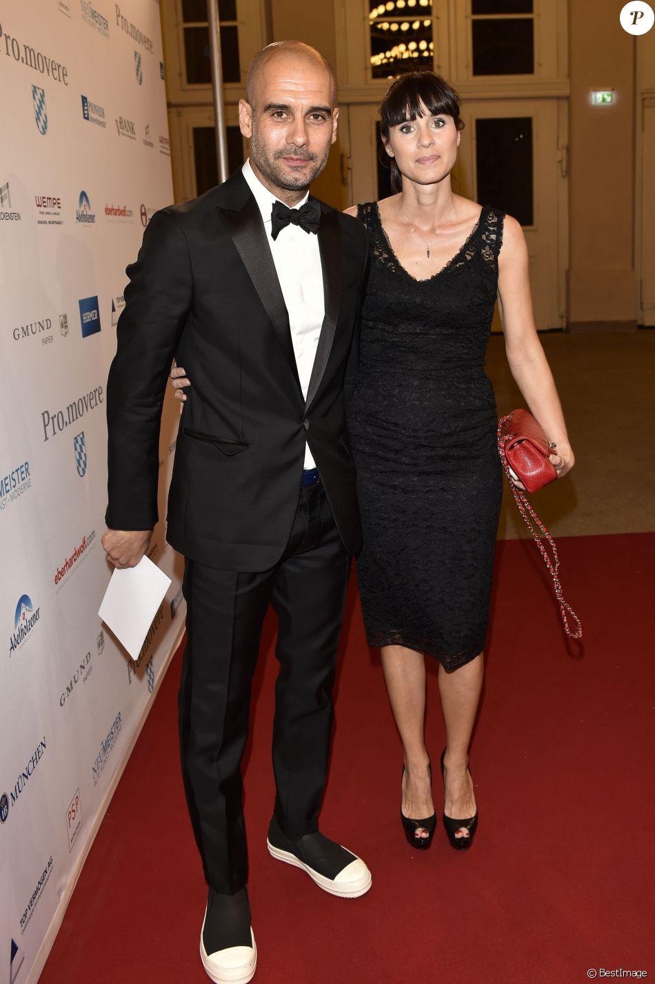 """Pep Guardiola et sa femme Christina Serra lors de la cérémonie de remise des """"Care-for-Rare Science Awards 2014"""" à Munich, le 13 novembre 2014"""