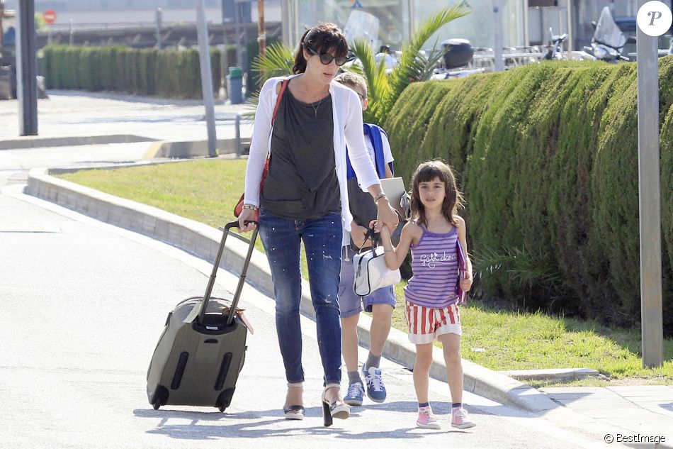Pep Guardiola arrive à Barcelone avec sa femme Cristina et ses enfants, Maria, Marius et Valentina le 1er juin 2014.