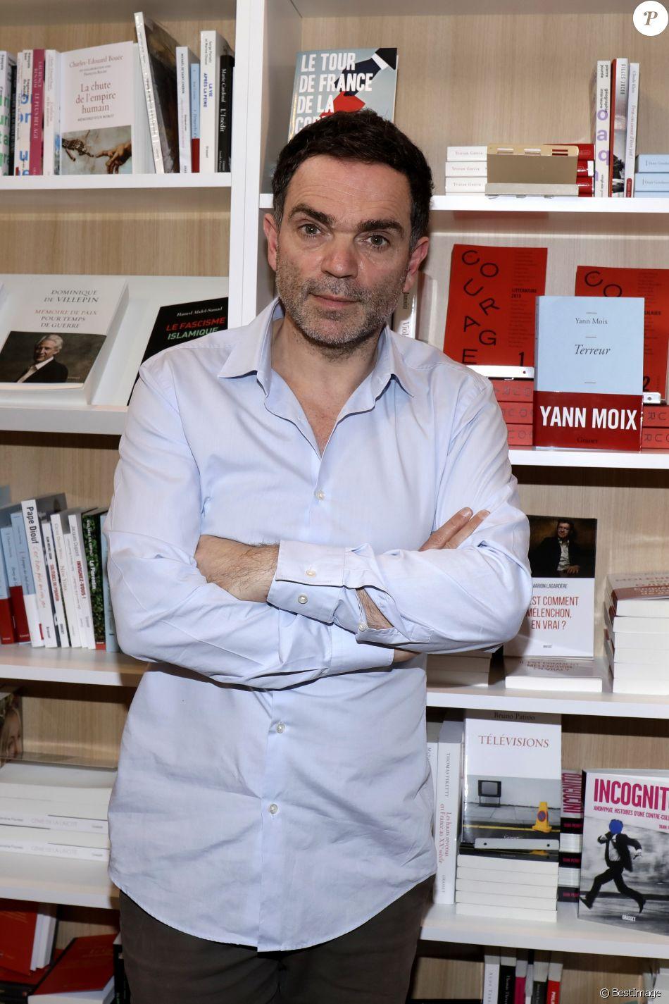 Yann moix lors de la 37 me dition du salon du livre au for Salon du vin porte de versailles 2017