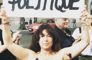 Elsa Wolinski : Seins nus, elle manifeste et évoque son père...