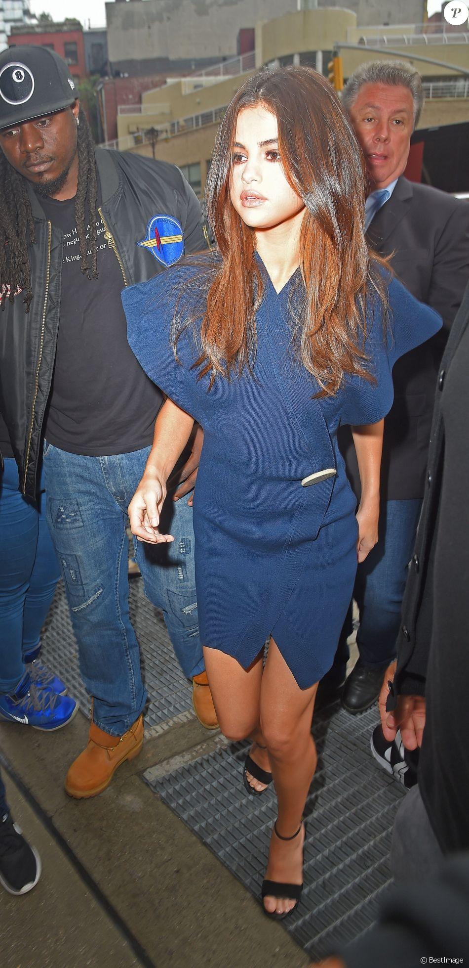 Style 1 : Selena Gomez (en robe Jacquemus et sandales Louis Vuitton) à New York, le 5 juin 2017.