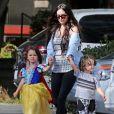 Exclusif - Megan Fox tient ses deux aînés par la main, Noah et Bodhi - Megan Fox et son mari Brian Austin Green sont allés déjeuner avec leurs enfants Noah, Journey et Bodhi au restaurant Nobu à Malibu, le 22 mai 2017