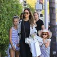 Jessica Alba fait du shopping avec ses filles Honor et Haven chez English Rabbit à Beverly Hills, le 20 mai 2017