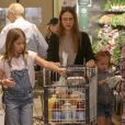 Exclusif - Jessica Alba fait du shopping avec ses filles Honor et Haven au Whole Foods à Beverly Hills, le 29 avril 2017