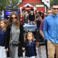 Jessica Alba se promène en famille avec son mari Cash Warren et ses filles Honor et Haven à The Grove à Los Angeles, le 19 novembre 2016