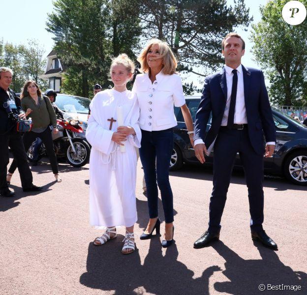 Le président de la République française Emmanuel Macron et sa femme Brigitte Macron (Trogneux) à l'extérieur de la mairie du Touquet, le 11 juin 2017, où le couple a voté pour le 1er tour des élections législatives. © Sébastien Valiela/Bestimage