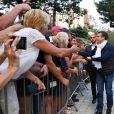Le président de la République française Emmanuel Macron et sa femme, la première dame Brigitte (Trogneux) font un bain de foule avant de partire faire une balade à vélo au Touquet, France, le 10 juin 2017. © Sébastien Valiela/bestimage