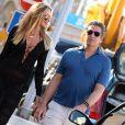 Elle MacPherson et son mari Jeffrey Soffer se promènent dans les rues de Saint-Tropez. Le 12 juillet 2015.