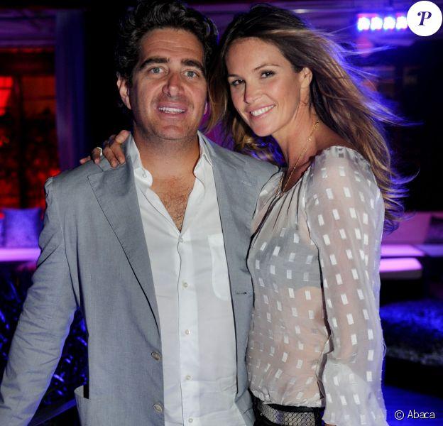 Elle Macpherson et Jeffrey Soffer lors de l'ouverture du club Fontainebleau à Miami le 24 octobre 2010.