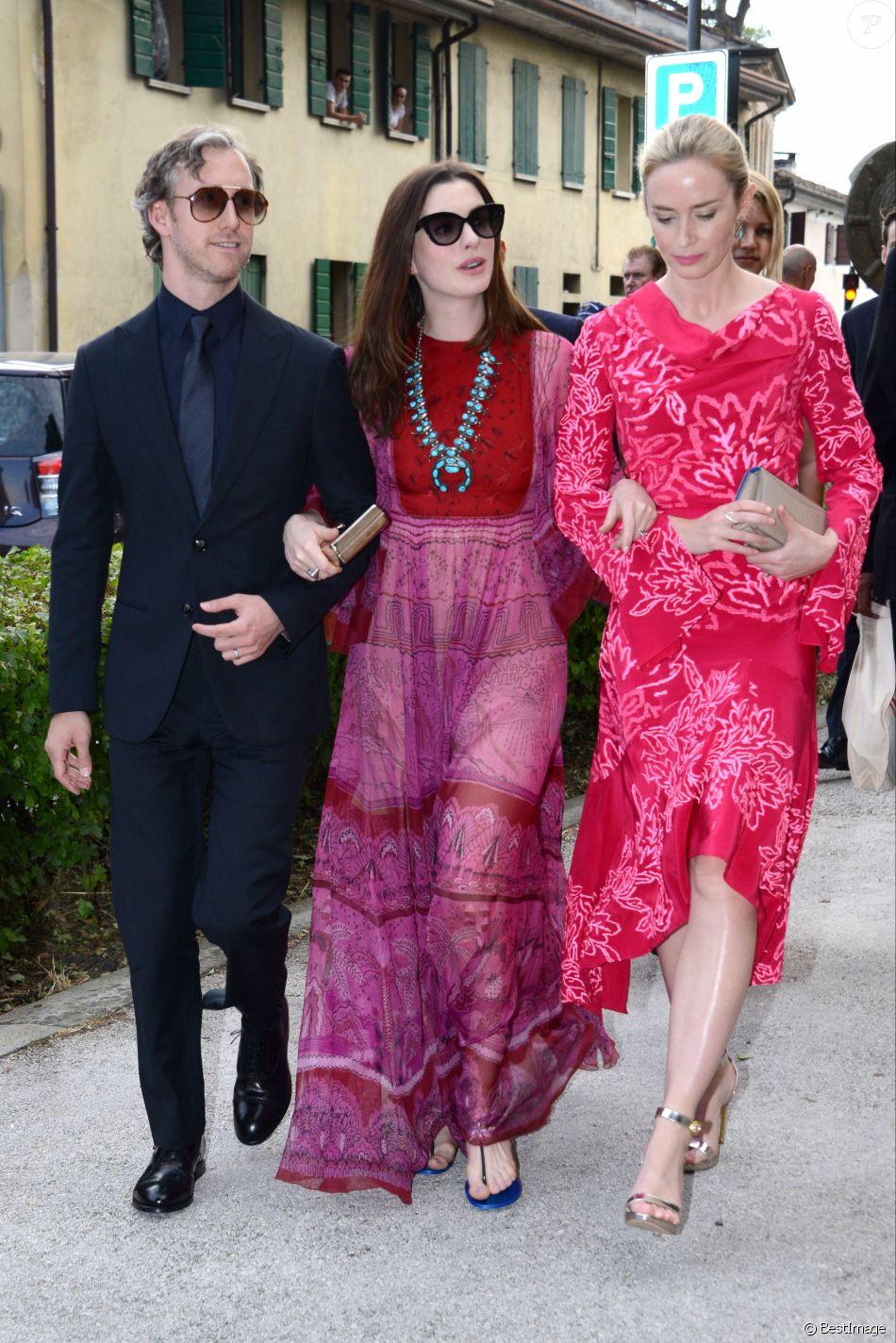 Anne Hathaway et Emily Blunt en les robes de soirée nuances roses vives