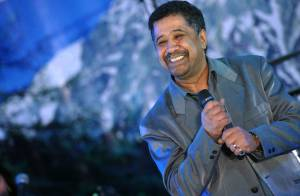 Le chanteur Khaled voit les banlieues en bleu... pour son retour !