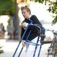 Exclusif - Lena Dunham arrive à son appartement avec un déambulateur dans les mains le 2 juin 2017. Elle avait été hospitalisée la nuit du Met Gala pour une endométriose.