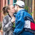Exclusif - Lena Dunham embrasse son compagnon Jack Antonoff avant de le quitter dans le quartier de Brooklyn à New York le 26 avril 2017.