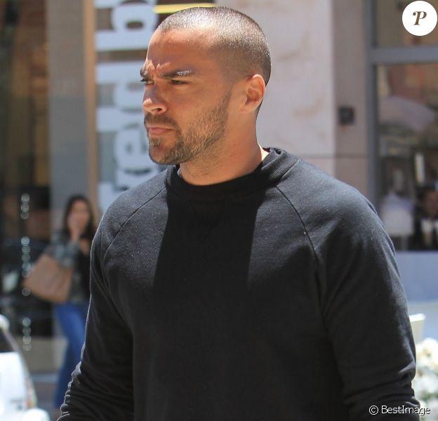 Jesse Williams se promène à Beverly Hills le 9 juin 2017.