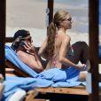 Victoria Swarovski (Victoria S) et son mari Werner Mürz se relaxent après leur mariage sur la plage de Porto Cervo en Italie le 24 juin 2017.