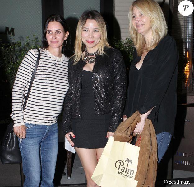Courteney Cox et son amie Lisa Kudrow saluent leurs fans à la sortie du restaurant Palm à Beverly Hills, le 27 juin 2017