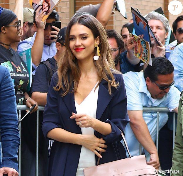 """Jessica Alba arrive au restaurant """"The View"""" à New York le 15 juin 2017."""