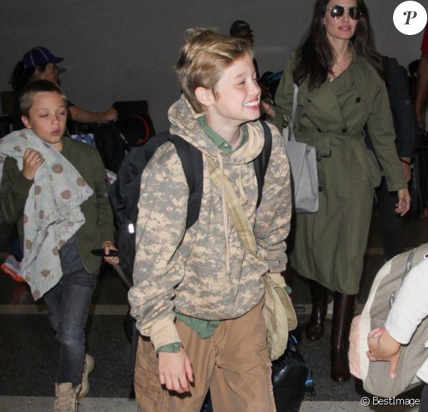 Exclusif - Angelina Jolie arrivant à l'aéroport de Los Angeles avec ses enfants Le 17 juin 2017