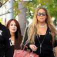 Mariah Carey, son sac Hermès Birkin à la main, se promène avec des amis à Beverly Hills, le 25 mai 2017.