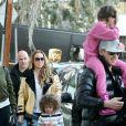Exclusif - Mariah Carey, accompagnée de son compagnon Bryan Tanaka, emmène ses enfants Moroccan et Monroe Cannon à leur cours de gym à Los Angeles. Elle porte un écusson XXL en forme de chat sur son jean! Le 26 janvier 2017