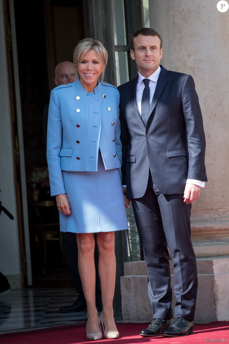 emmanuel macron et sa femme brigitte macron trogneux arriv es au palais de l 39 elys e paris. Black Bedroom Furniture Sets. Home Design Ideas