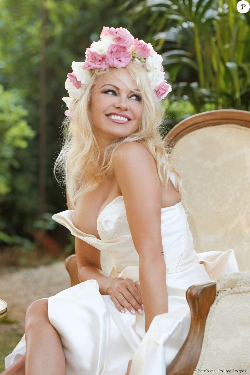 """Exclusif - Pamela Anderson pose lors de l'ouverture de son restaurant vegan éphémère """"La Table du Marché by Pamela"""" à Ramatuelle le 4 juillet 2017. La Table du Marché, c'est son nom, d'une capacité de 250 couverts ouvrira tous les soirs pendant 50 jours dans le cadre privilégié du restaurant du chef Christophe Leroy, les Moulins de Ramatuelle aux environs de Saint-Tropez. Celui-ci a prêté à Pamela Anderson son auberge de campagne et décline pour elle les thèmes """"végan, romantique, dolce vita et féministe"""". © Philippe Doignon/Bestimage"""