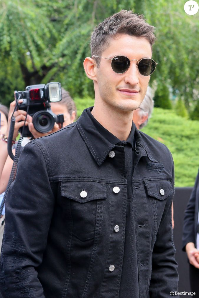 pierre niney arrive au d fil de mode dior homme printemps. Black Bedroom Furniture Sets. Home Design Ideas