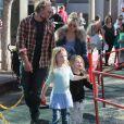 """Jessica Simpson passe la journée en famille avec son mari Eric Johnson et leurs enfants Maxwell et Ace Johnson à """"Farmer's Market"""" à Studio City le 8 janvier 2017"""