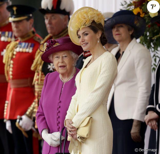 La reine Elisabeth II et la reine Letizia d'Espagne d'Angleterre - Cérémonie de bienvenue au palais Buckingham à Londres. Le 12 juillet 2017  Queen Elizabeth II stands with Spain's Queen Letizia as their husbands King Felipe VI and the Duke of Edinburgh inspect an honour guard during a ceremonial welcome for his State Visit to the UK on Horse Guards Parade, London.12/07/2017 - Londres