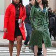 """Mindy Kaling et Anne Hathaway pendant le tournage du film """"Oceans Eight"""" à New York, le 3 décembre 2016."""