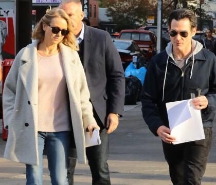 Naomi Watts en couple avec Billy Crudup ? Le duo repéré main dans la main...