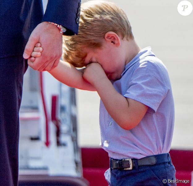 Le prince George était tout grognon à l'arrivée à Berlin. Le prince William et la duchesse Catherine de Cambridge sont arrivés avec leurs enfants le prince George et la princesse Charlotte à Berlin le 19 juillet 2017 pour la suite de leur visite officielle entamée en Pologne.