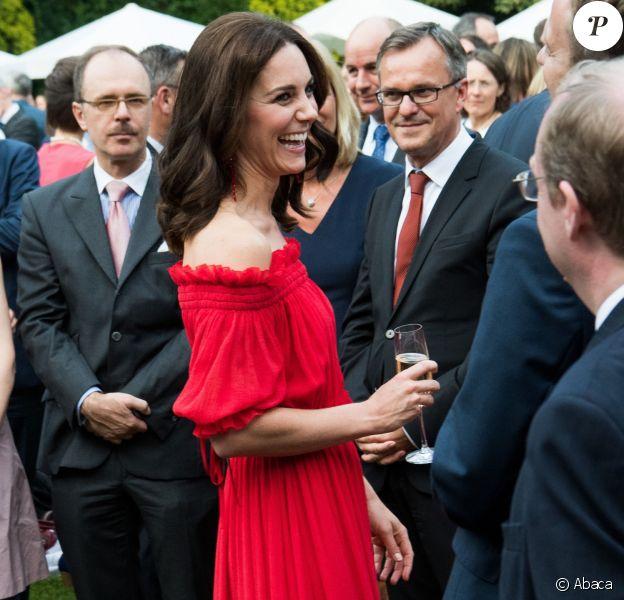 La duchesse Catherine de Cambridge (en robe Alexander McQueen et sandales Prada) à la rencontre des invités lors de la garden party organisée par l'ambassadeur de Grande-Bretagne à Berlin, Sebastian Wood, le 19 juillet 2017 en l'honneur de l'anniversaire de la reine.