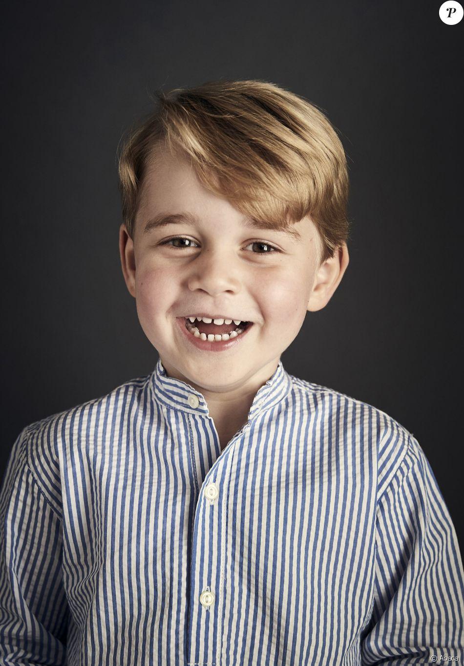 Portrait officiel du prince George dévoilé par le Prince William et Kate Middleton le 21 juillet 2017 à l'occasion du quatrième anniversaire de leur fils, célébré le 22 juillet 2017.