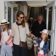 Jessica Alba enceinte arrive avec ses filles Honor et Haven à l'aéroport de LAX à Los Angeles, le 24 juillet 2017