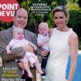 Le prince Albert II et la princesse Charlene de Monaco avec les jumeaux Gabriella et Jacques en couverture du magazine Point de Vue en juin 2015.