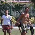 Exclusif - Justin Bieber se relaxe dans un parc avec une jeune femme inconnue et un ami à West Hollywood le 19 juillet 2017